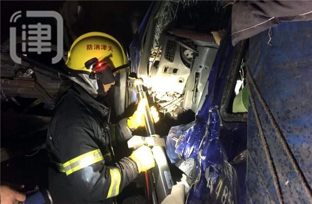 大货车高速公路追尾重载挂车 消防员救被困男子