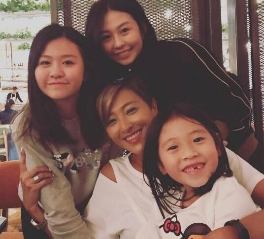 邱淑贞庆49岁生日性感依旧 三女儿同框颜值超高