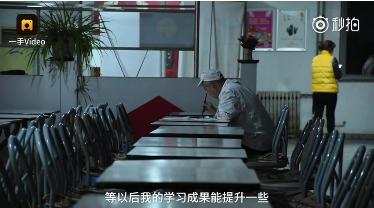天津一高校保洁工蹲角落练书法:怕被人笑话