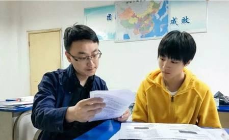 王俊凯备战高考被围观 王俊凯落下太多功课高考成难题