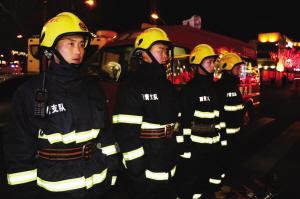 龙灯花鼓夜 消防战士街头一站5个小时