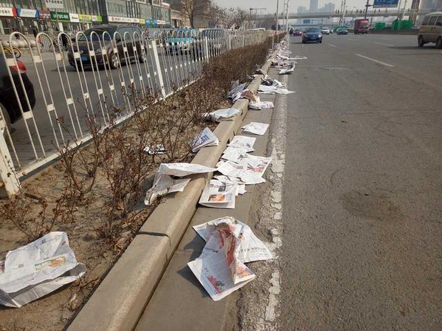 """一公里报纸铺路 开车被强制""""看报纸"""""""