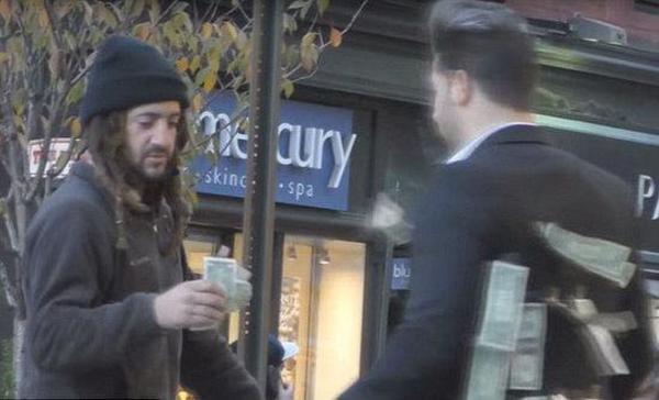 男子身上贴钱给路人 流浪汉做法感动网友