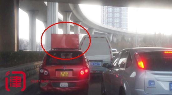 天津电三轮模仿SUV车顶焊大铁箱 还挂把大铜锁