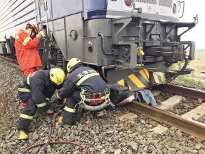 """太危险!天津男子意外被""""卡""""火车头下"""