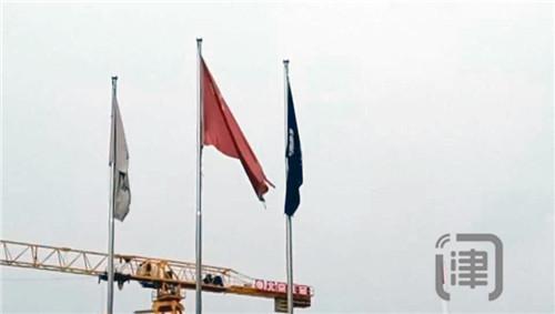 破损国旗仍当空悬挂 市民:有损尊严应更换