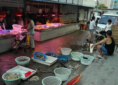 摊贩地上摆卖海鲜 脏了鱼虾,臭了市场