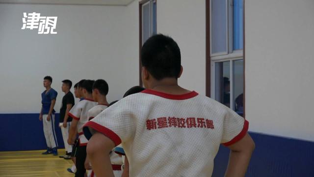 """投资几十万只为圆了摔跤梦 天津也有""""摔跤吧爸爸"""""""