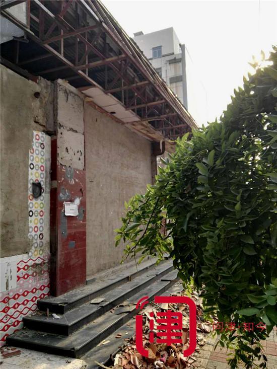房屋长期闲置散碎瓦占路