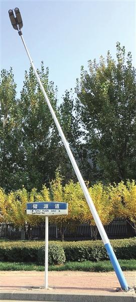 灯杆歪斜60度 灯杆路基已经开裂 随时有倒伏可能