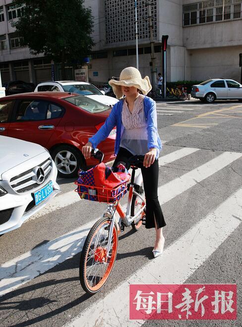 """骑自行车单手扶把违法 低头看手机无异于""""盲假"""""""