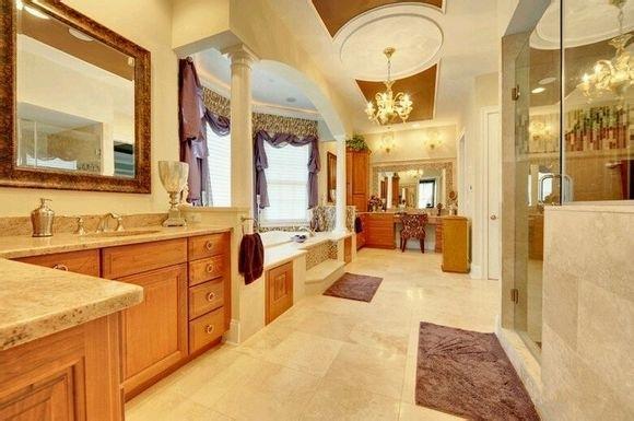 厨房与浴室卫生间紧邻