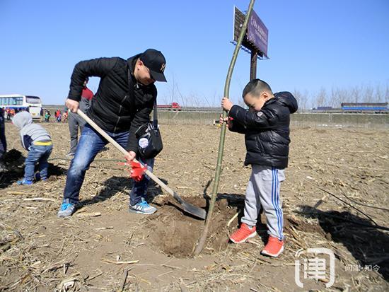 市民和志愿者到北辰区双口镇种下百余棵树苗