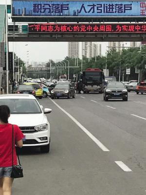 电瓶车私家车挤占公交站 公交车被迫迁移