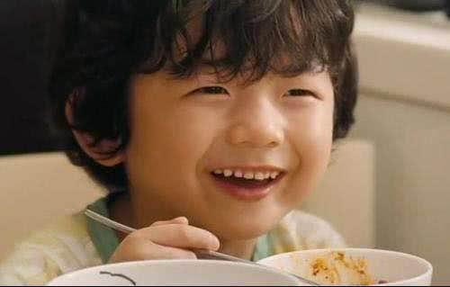 他原名叫王锡玄,曾与车太贤,朴宝英一起出演过《非常主播》,剧中他