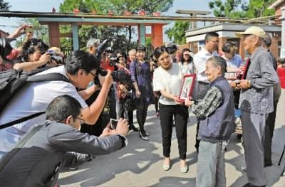 河西区文化馆摄影团队走进养老院为老人拍摄照片