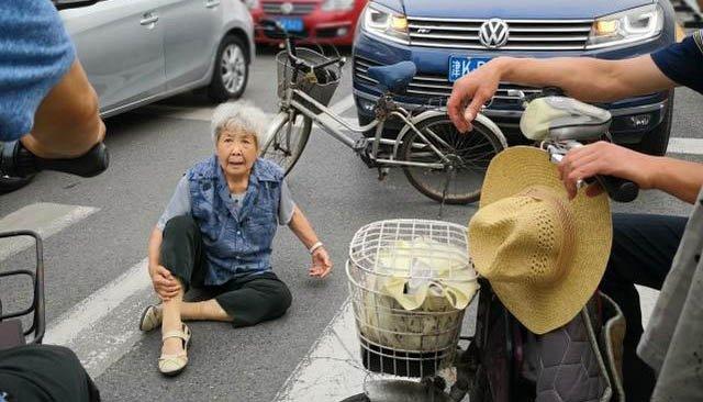 老奶奶过马路忽然倒下
