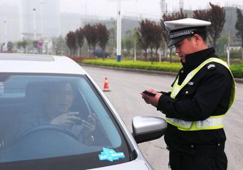 违法车被交警拦住 询问发现司机竟是在逃毒贩
