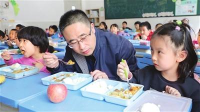 """河东区""""中小幼""""开启陪餐制"""