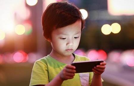 14岁男孩因手机被收跳河 熊孩子手机依赖症咋治