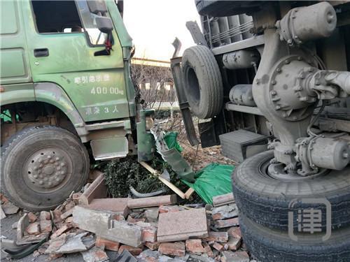运沙石料挂车撞翻厢式货车 物流中心大门遭堵