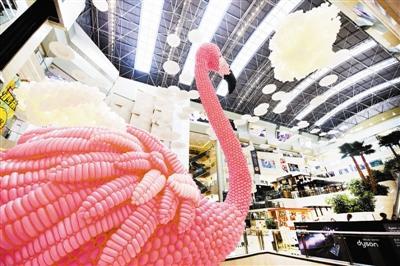"""5万气球搭建成巨型""""火烈鸟"""" 相当于3层卖场"""