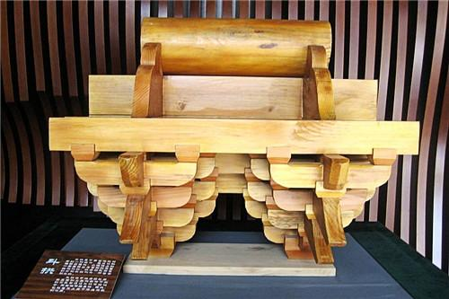 走进建筑工法展示馆,一个斗拱的结构模型十分引人注目,这种结构在中国