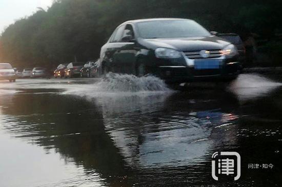 天津一路口出现清水跑冒 为救火跑水抢修延迟