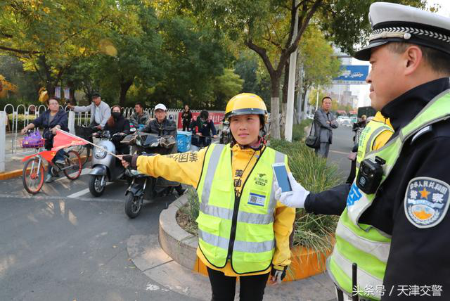 """警企合作:骑手携带""""二维码""""交警"""