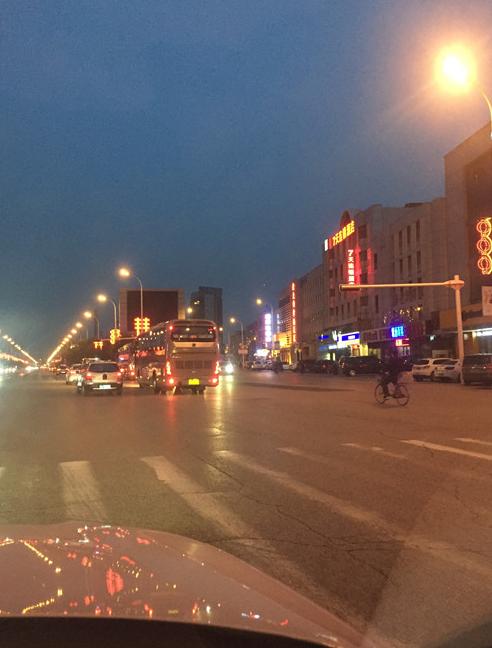 """天津一三岔路口信号灯""""失明"""" 市民迎车前行"""