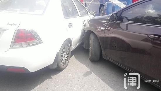 行驶途中爆胎 撞上倒车车辆 三车事故 交通受阻