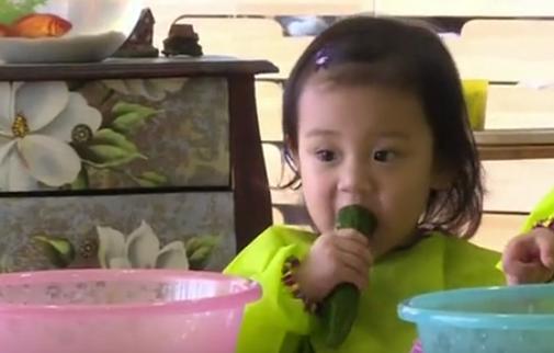 甜馨吃黄瓜超可爱