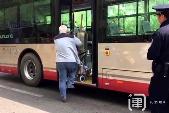 天津一老人带锋利铁皮上公交车 不认为有危险