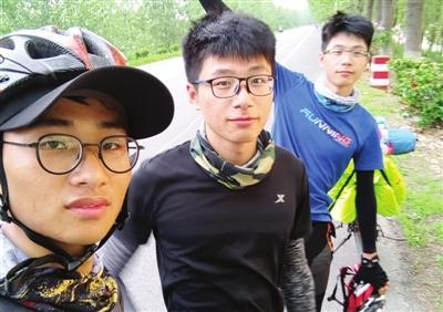 在津大二男生骑行2000公里回家 拍七集纪录片