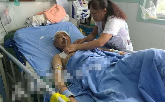 陈国莲在医院照料李明春。
