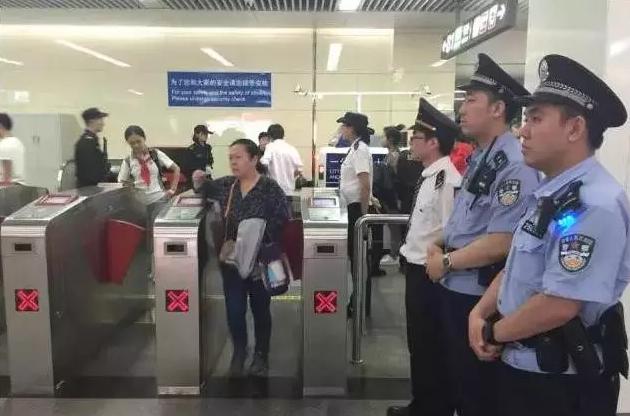 """天津地铁启动""""史上最严""""安检 上班别迟到"""