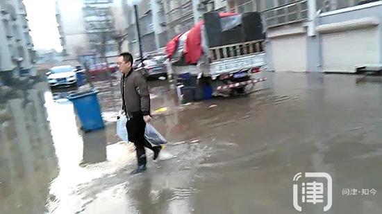 太尴尬了!小区被淹 到了门口就是回不了家