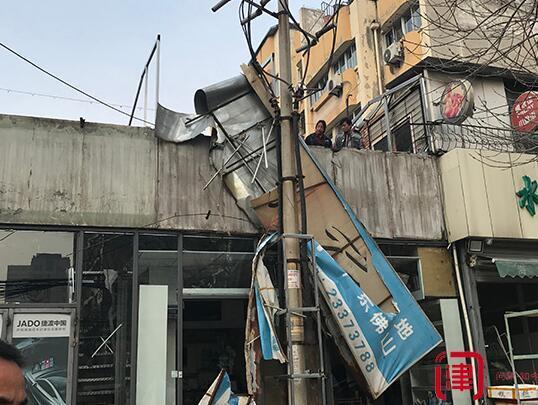 灯箱砸坏10千伏电缆线 擅自围圈电线杆铁架被拆