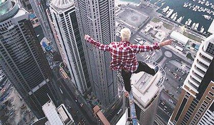 在摩天大楼楼顶徒手空翻