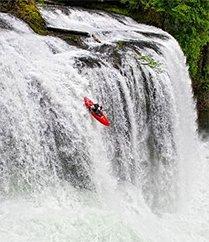 用生命划艇从巨大瀑布划下