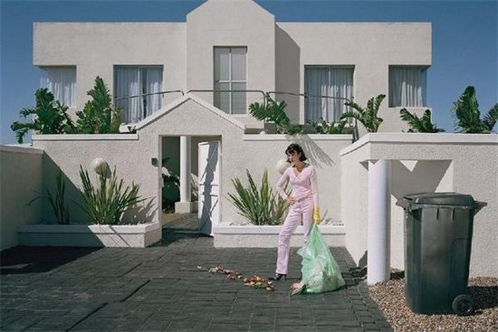 揭秘富人生活背后:豪车别墅背后充满尴尬罪恶