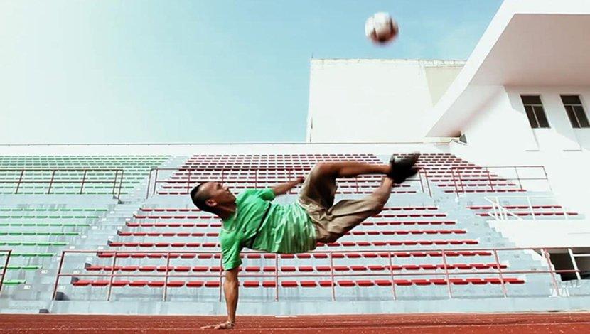 中国花式足球第一人街头炫技