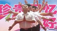 爸爸们在幼儿园给孩子们跳舞