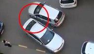 两个女司机一起停车