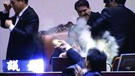 韩议员反对韩美自由贸易投催泪弹抗议