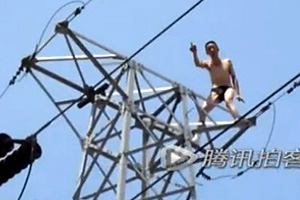 交通事故处理不公男子爬高架塔讨说法