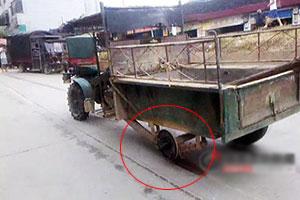 实拍怀化司机给货车装木棒代替车轮行驶