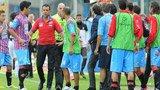 争议:主队进球被判无效 球员暴怒教练遭罚下