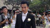 独家:刘恺威帅气现身 与伴郎上车出发去婚礼现场