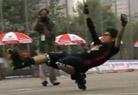 业余轮滑少年炫特技征服观众